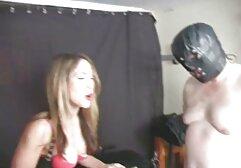 Una giovane donna scopate video amatoriali prende un dildo e energicamente sorella L. sulla macchina fotografica.