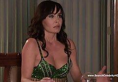 Giovane, sua sorella L. con un dildo sotto il tavolo in un video amatoriali porno gratuiti ristorante