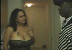 Una video amatoriali casalinghi gratis giovane troia mostra la sua L e le sue tette davanti a un monitor di rete osservato.