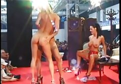 Una giovane bruna con una video privati hard gratis figa con olio dildo. cazzo.