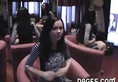 Ragazza inglese vestita di nero seduta con filmati erotici amatoriali italiani una punta sul cane per docile se stessa
