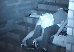 Mamma Russa in pantaloncini di jeans succhia cazzi attraverso videi porno amatoriali un buco nel muro.